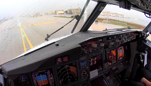 Посадку самолета в турбулентность сняли на видео из кабины пилота. Скриншот