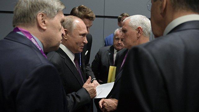 Президент РФ Владимир Путин и вице-президент США Майк Пенс общаются в кулуарах Восточноазиатского саммита в Сингапуре. 15 ноября 2018