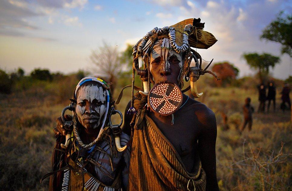 Фото людей племени мурси