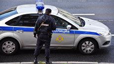 Сотрудник Росгвардии у полицейской машины. Архивное фото
