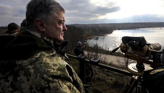 Президент Украины Петр Порошенко во время тактических учений десантно-штурмовых войск. Архивное фото