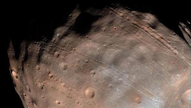 """Астрономы выяснили, кто """"нарисовал"""" загадочные каналы на Фобосе"""