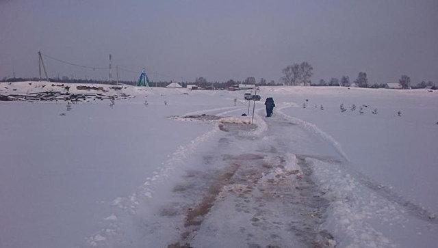 В Югре трактор с водителем ушел под лед