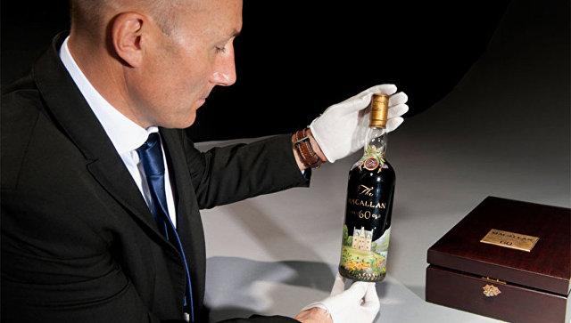 Бутылка шотландского виски Macallan 60-летней выдержки 1926 года. Архивное фото