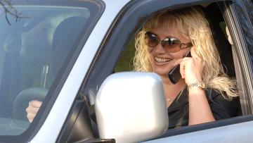 Разговор по мобильному телефону во время управления автомобилем.