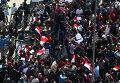 Солдаты египетской армии сдерживают сторонников Хосни Мубарака в Каире