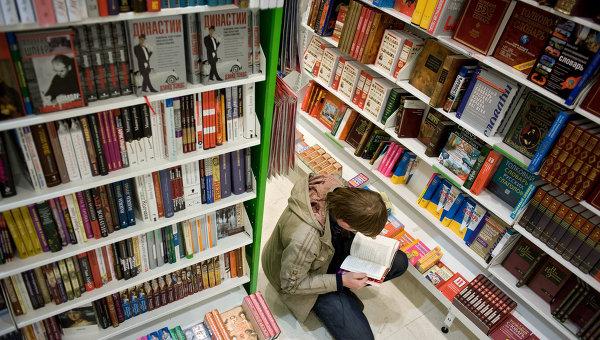 Чтение книг. Архивное фото