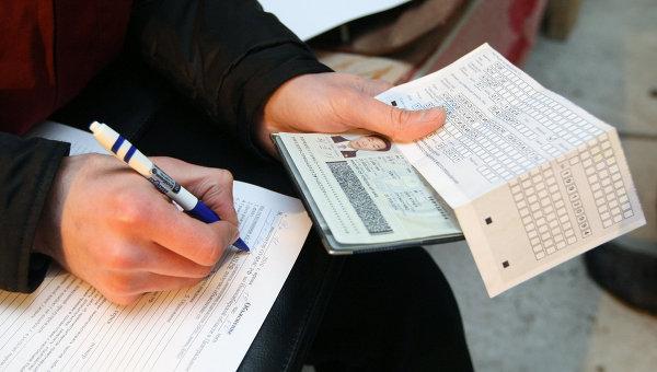 Проверка документов у работников на строящемся объекте. Архивное фото