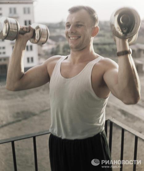 Гагарин занимается утренней зарядкой