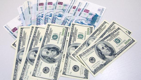 Доллар снизился в четверг на 7 коп, евро упал на 26 коп