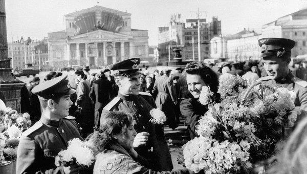 Празднование Дня Победы на Театральной площади. 9 мая 1945 года.
