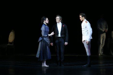 Ульяна Лопаткина, Сергей Бережной (в центре) и Юрий Смекалов в сцене из балета Анна Каренина