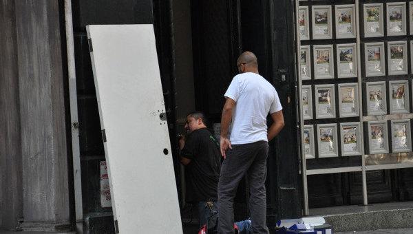 Жители Нью-Йорка укрепляют двери
