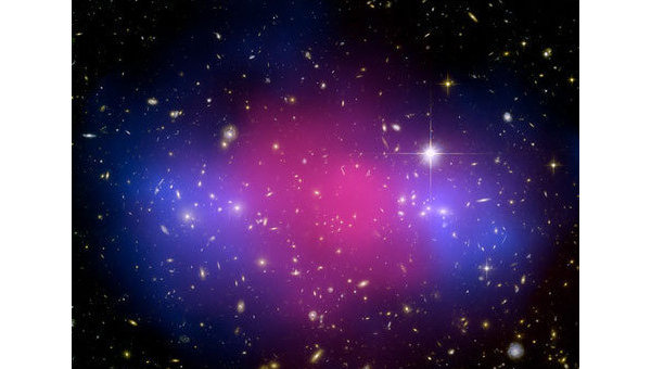 Столкновение двух скоплений галактик: темная материя показана голубым цветом, обычная - розовым. Архив