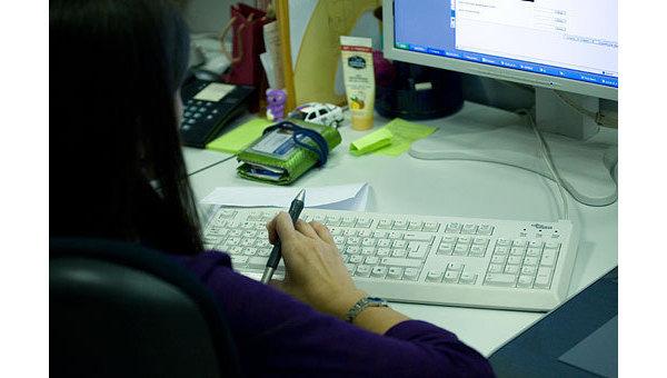 Работа за компьютером, архивное фото