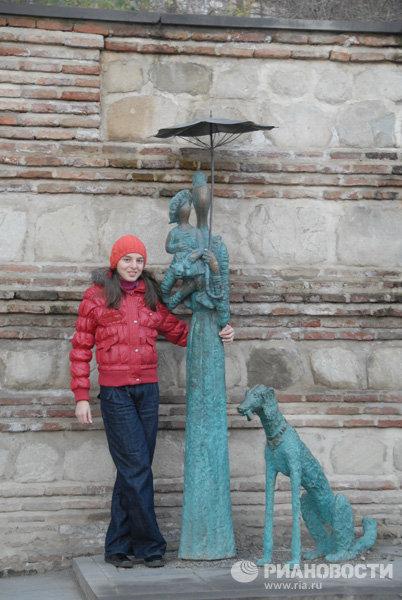Дама с младенцем и собакой в Сигнахи