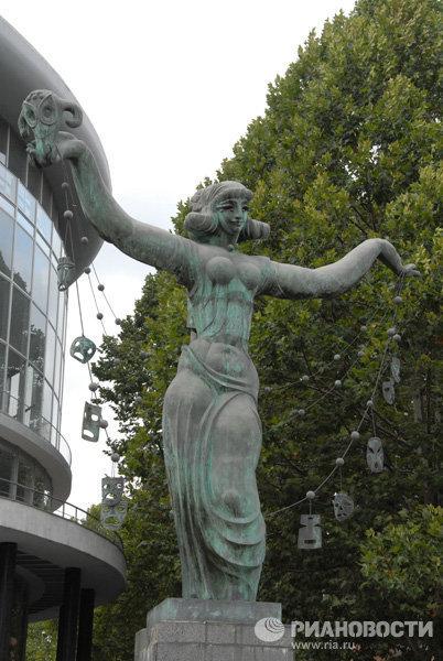 Памятник Музе перед зданием Филармонии в Тбилиси