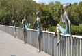 Памятник девушкам на мосту в Грузии