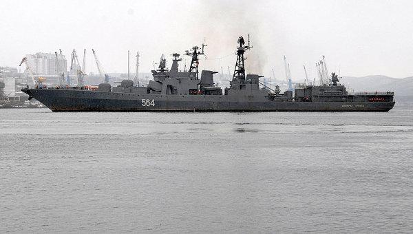 БПК Адмирал Трибуц подходит к пирсу