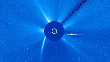 Комета C/2011 W3 (Lovejoy) после прохождения перигелия - виден оторвавшийся хвост и голова кометы (справа)