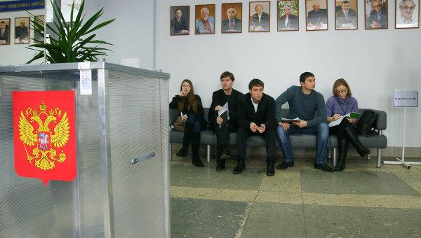 Наблюдатели следят за ходом голосования на выборах президента РФ. Архивное фото