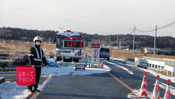Год после катастрофы: блок-пост на въезде в зону отчуждения вокруг аварийной АЭС