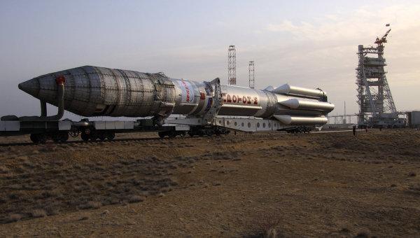 Вывоз ракеты Протон-М на старт. Архив