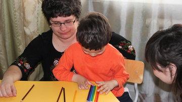 Занятия педагога с детьми-аутистами