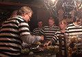 """Гости финского отеля живут в тюремных камерах и ходят в """"робах"""""""