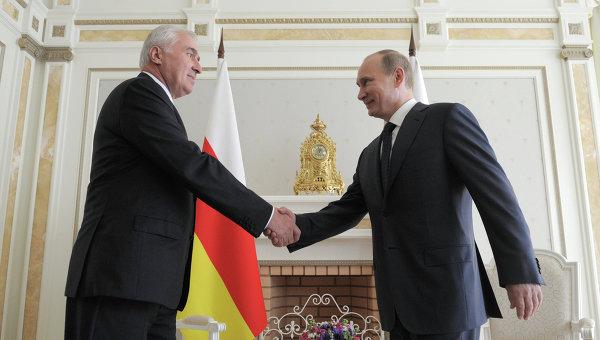 Переговоры президента РФ В. Путина с президентом Южной Осетии Л. Тибиловым. Архивное фото