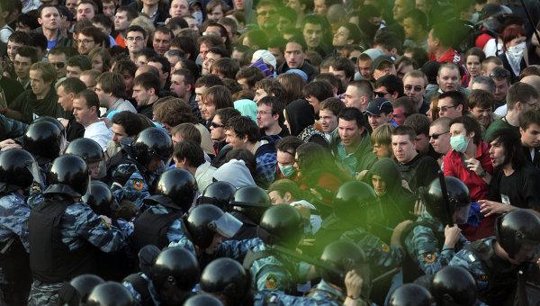 Сотрудники правоохранительных органов задерживают участников митинга