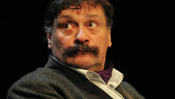 Дмитрий Назаров в сцене из спектакля Свидитель обвинения