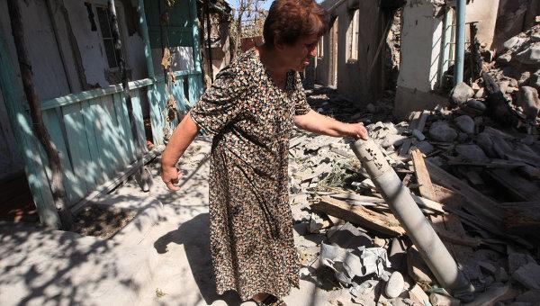Жительница Цхинвала возле своего дома