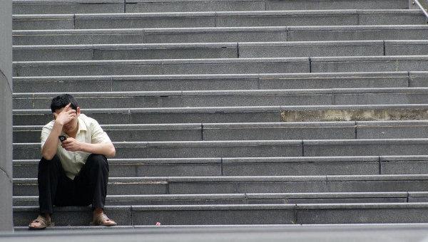 Мужчина сидит на лестнице