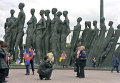 У памятника жертвам Холокоста в День Победы на Поклонной горе