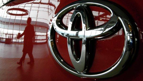 Машина в автосалоне компании Toyota. Архивное фото