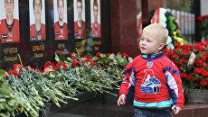 Ребенок в форме хоккейного клуба Локомотив у мемориального комплекса членам ярославской хоккейной команды. Архивное фото