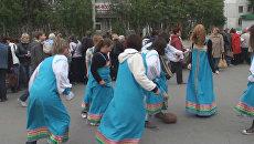 Девушки в длинных сарафанах играют в футбол