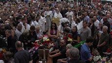 Сотни людей пришли почтить память паломников, погибших в ДТП на Украине