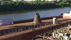 Соборный колокол весом в 64 тонны приплыл к храму Александра Невского