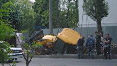 Трактор провалился под землю во время ремонтных работ в Белгороде