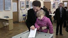 Внучка помогла опустить бюллетень спикеру Госдумы Нарышкину