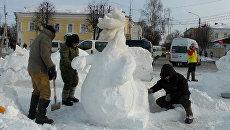 Скульпторы строят ледовый городок в Костроме в 20-градусный мороз
