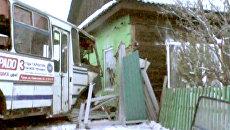 Пассажирский автобус врезался в жилой дом из-за замерзших тормозов