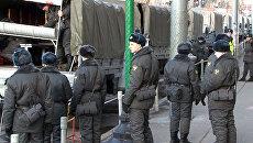 Грузовики с полицией и солдатами появились в Москве после беспорядков