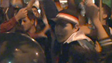 Толпы сирийцев с флагами и портретами Асада протестуют у стен посольств