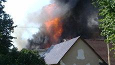 В горящем павильоне ВВЦ в Москве взорвались газовые баллоны
