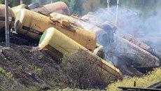 Цистерны с метанолом разметало при столкновении поезда с легковушкой