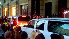 Шварценеггера встречают поклонники и папарацци возле гостиницы в Москве