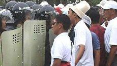 Киргизская милиция разогнала толпу слезоточивым газом. Видео с места ЧП